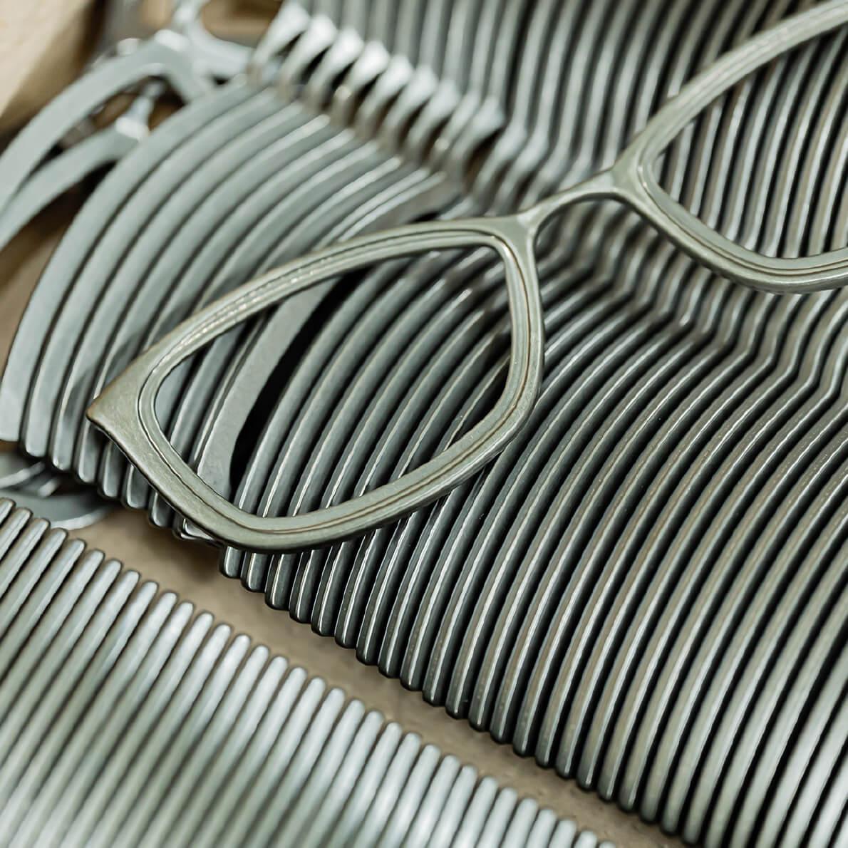鯖江のメガネ作りの基本は手仕事にあります。
